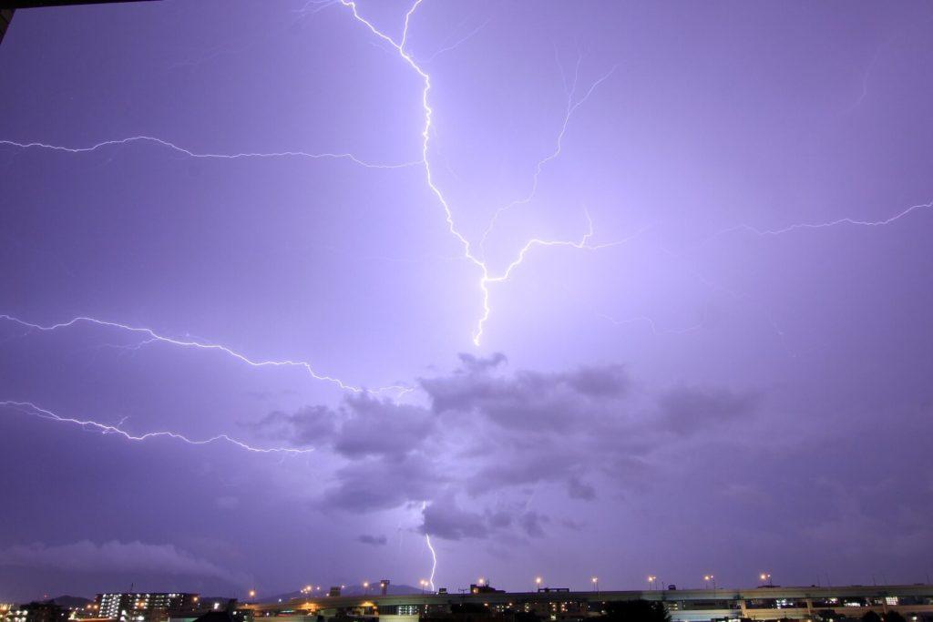 雷サージは落雷によって発生